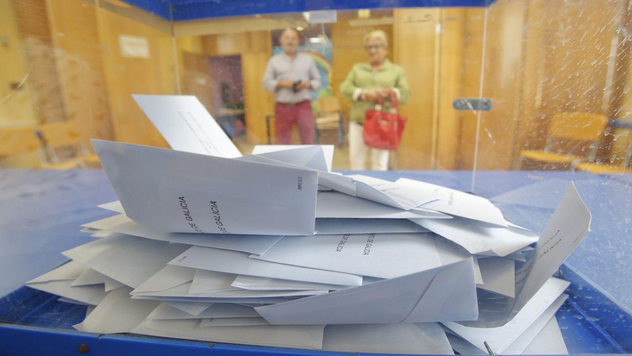 Los votantes dejarán el sobre en una bandeja y serán los responsables de la mesa electoral los que lo introducirán en la urna