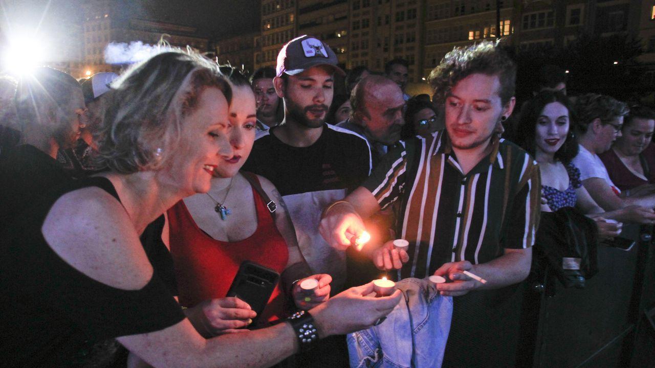 La pregonera Marián Bañobre repartió velas entre el público