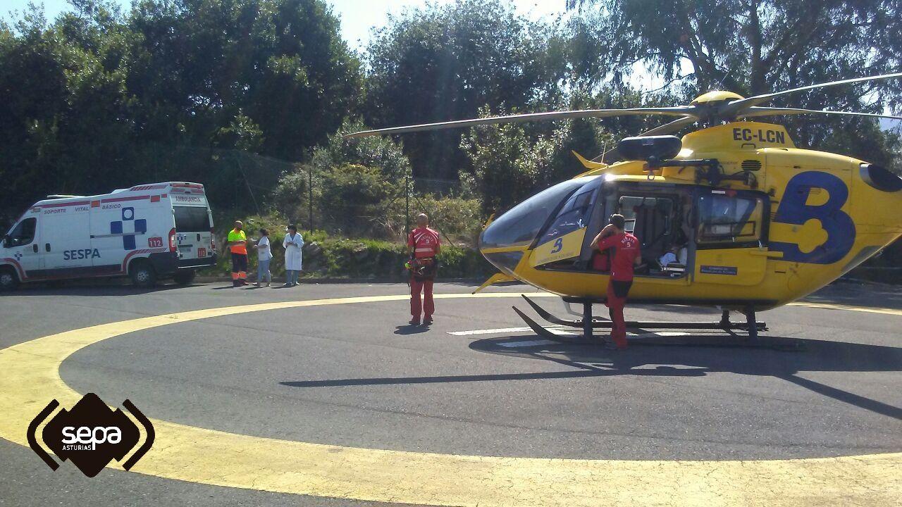 El helicóptero del SEPA evacúa a un herido por la explosión de una caldera en Llanes