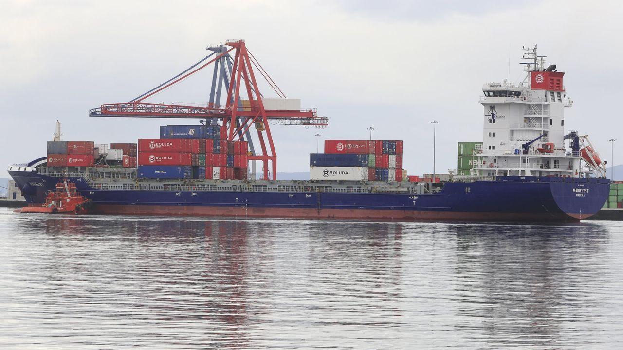 Concentraciones en los puertos en contra del reglamento de control de la Unión Europea.El fuego devoró el catamarán ante la isla de A Toxa, minutos después de haber zarpado