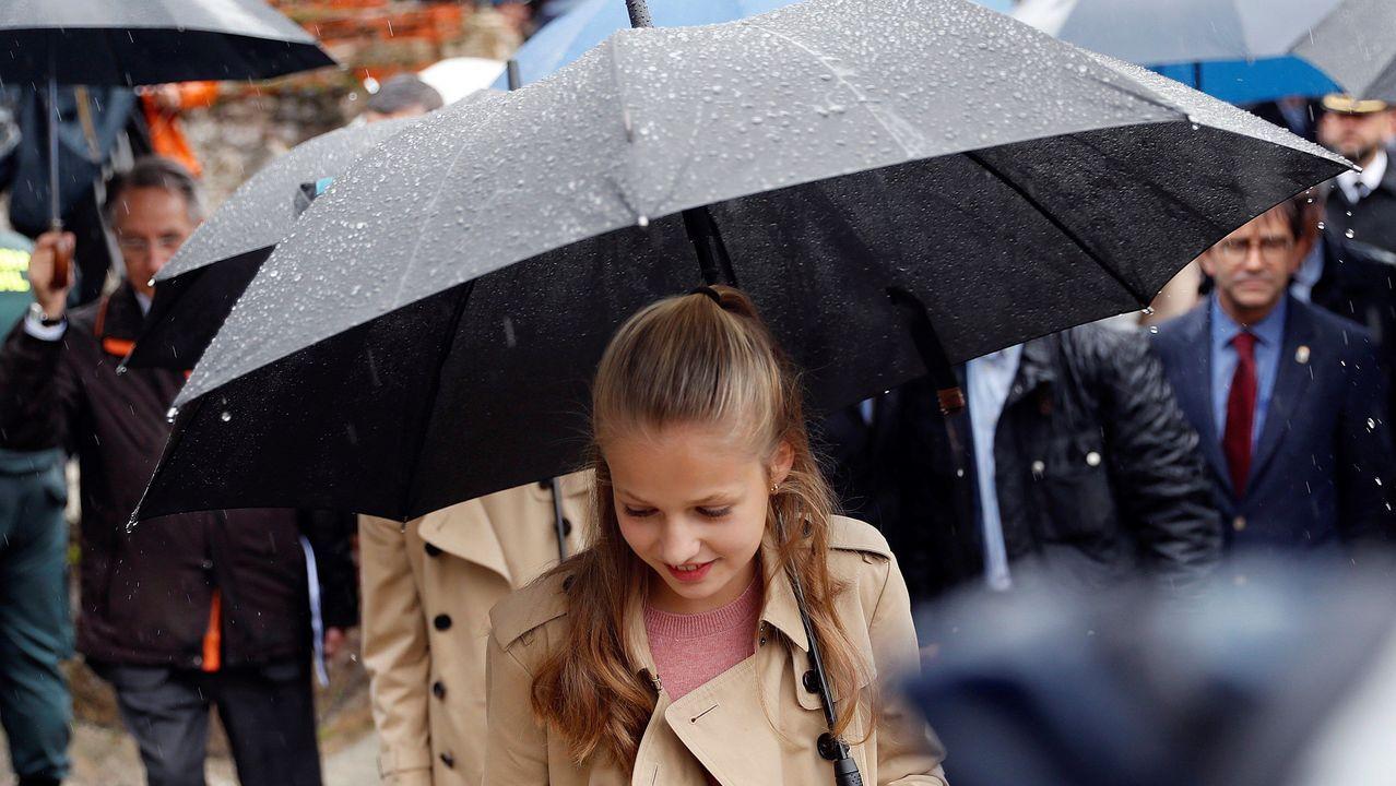 La princesa Leonor se protege de la lluvia durante su visita este sábado junto a los reyes