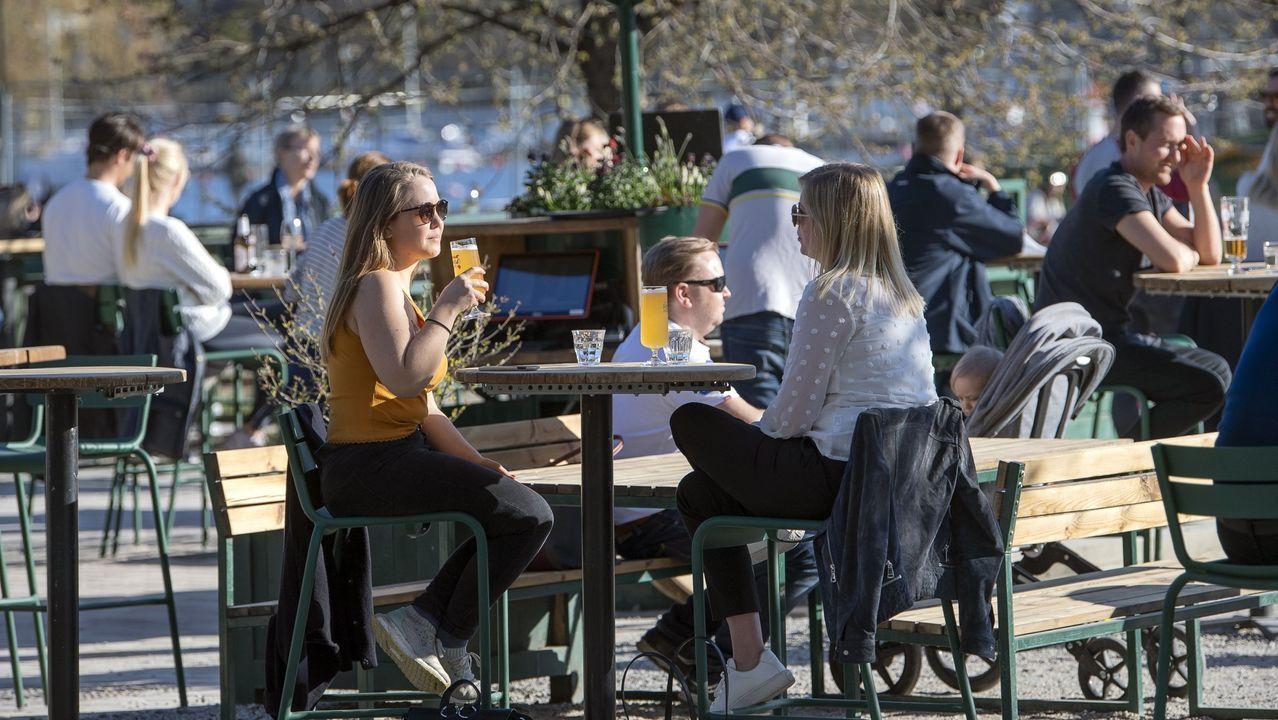 Jóvenes en una terraza de Suecia, donde no hay restricciones por el coronavirus