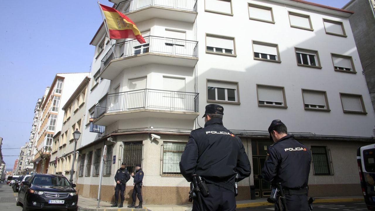 Fotografía de archivo en la que se ve a varios agentes junto a la comisaría de policía de Monforte