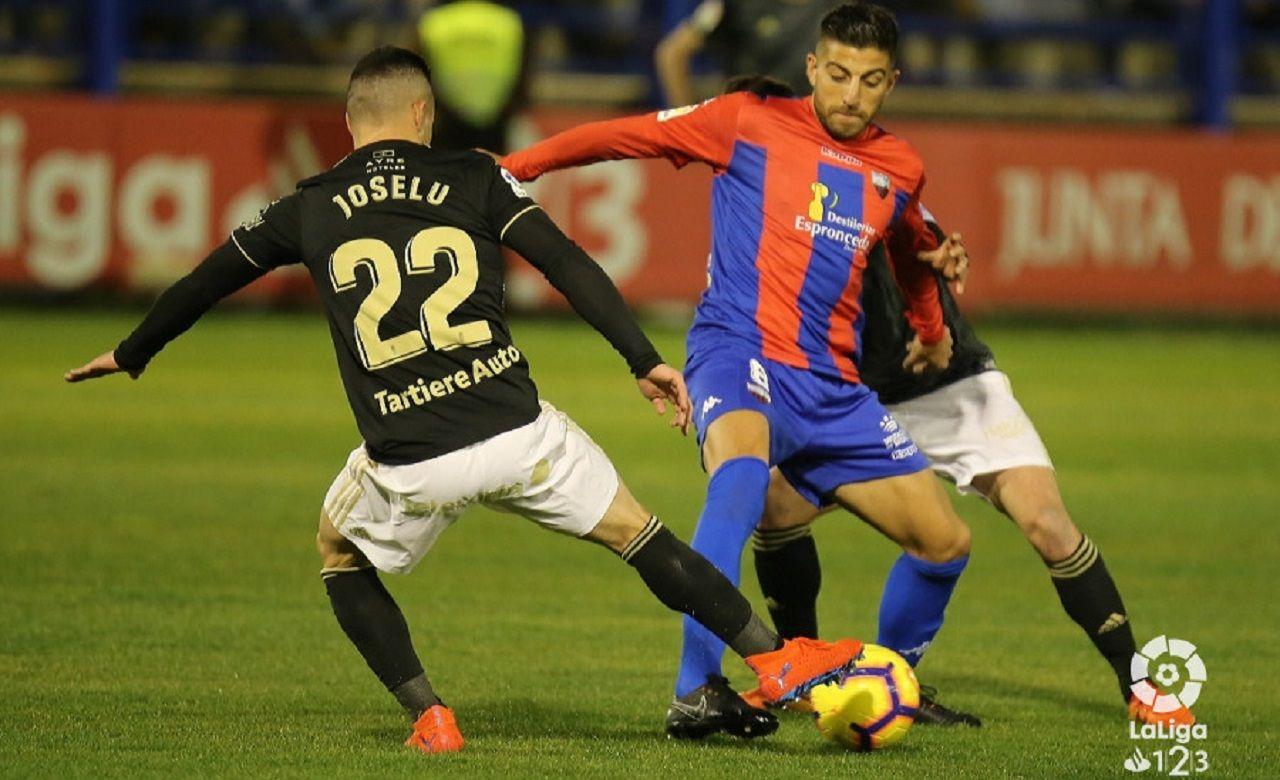 Gol Joselu Extremadura Real Oviedo Francisco de la Hera.Joselu pugna con Gio Zarfino por un balón