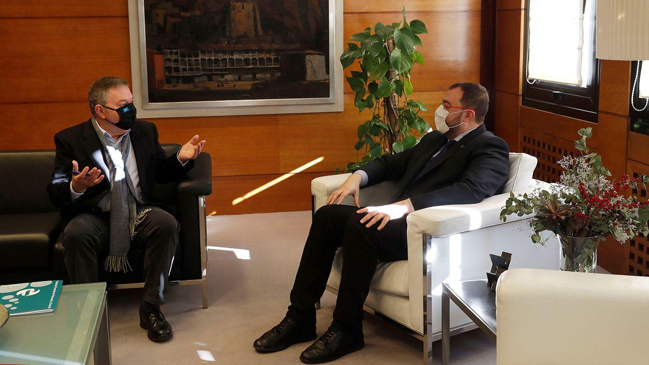 El presidente del Principado de Asturias, Adrián Barbón y el presidente de la Academia de la Llingua Asturiana, Xosé Antón González Riaño