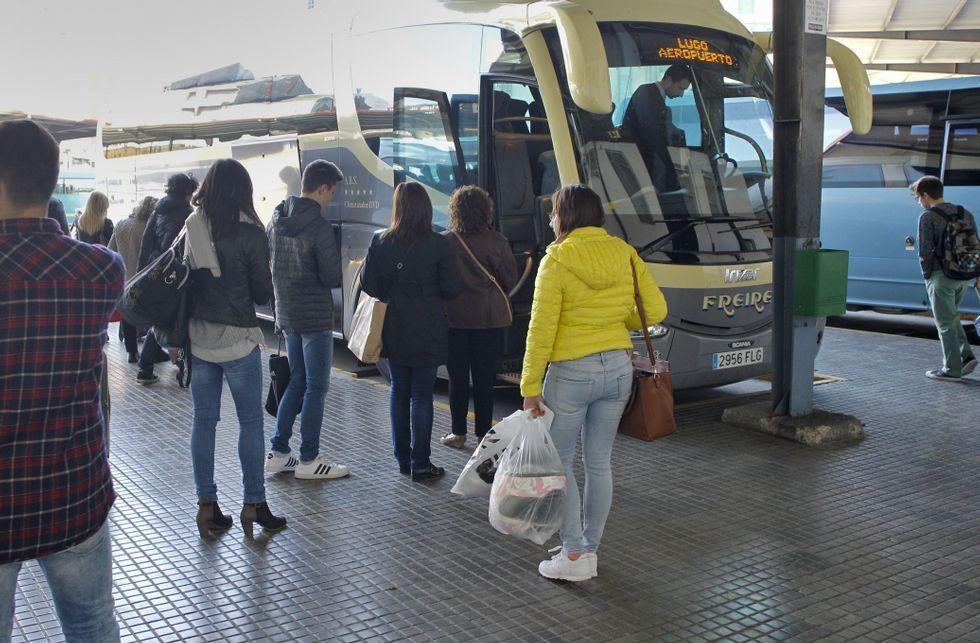 Concentración de las acompañantes de buses escolares frente a la consejería