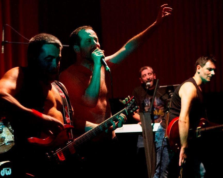 El grupo ferrolano de tributo a Queen actúa esta noche en el Mesón A Rúa de Catoira