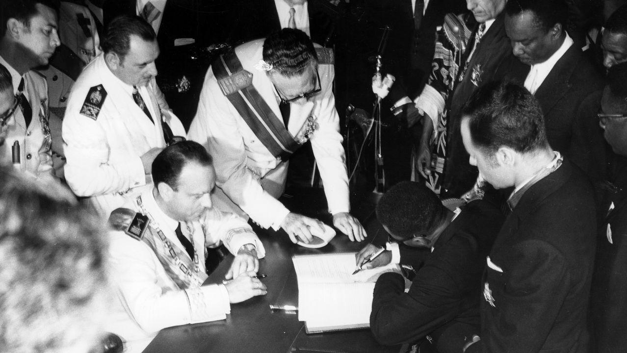 Manuel Fraga, ministro de Gobernación y el presidente guineano, Macías Nguema durante la firma del acta de independencia