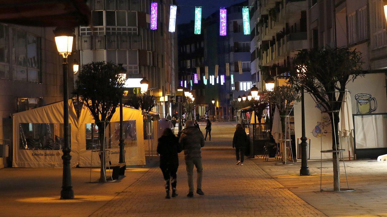 ¡Mira el recorrido que hicieron los Reyes Magospor los municipios de Barbanza, Muros y Noia!.Las restricciones han reducido la presencia de personas en la calle peatonal de Boiro