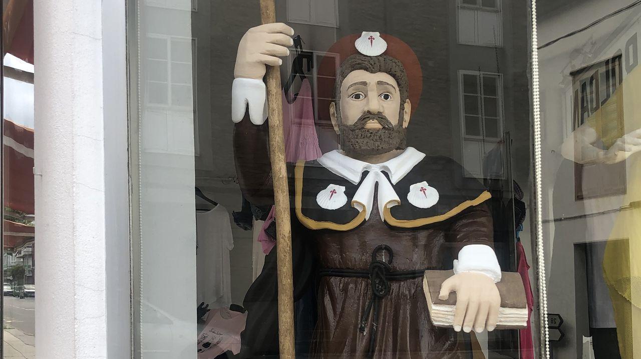 La figura está en el escaparate de la tienda Roldán