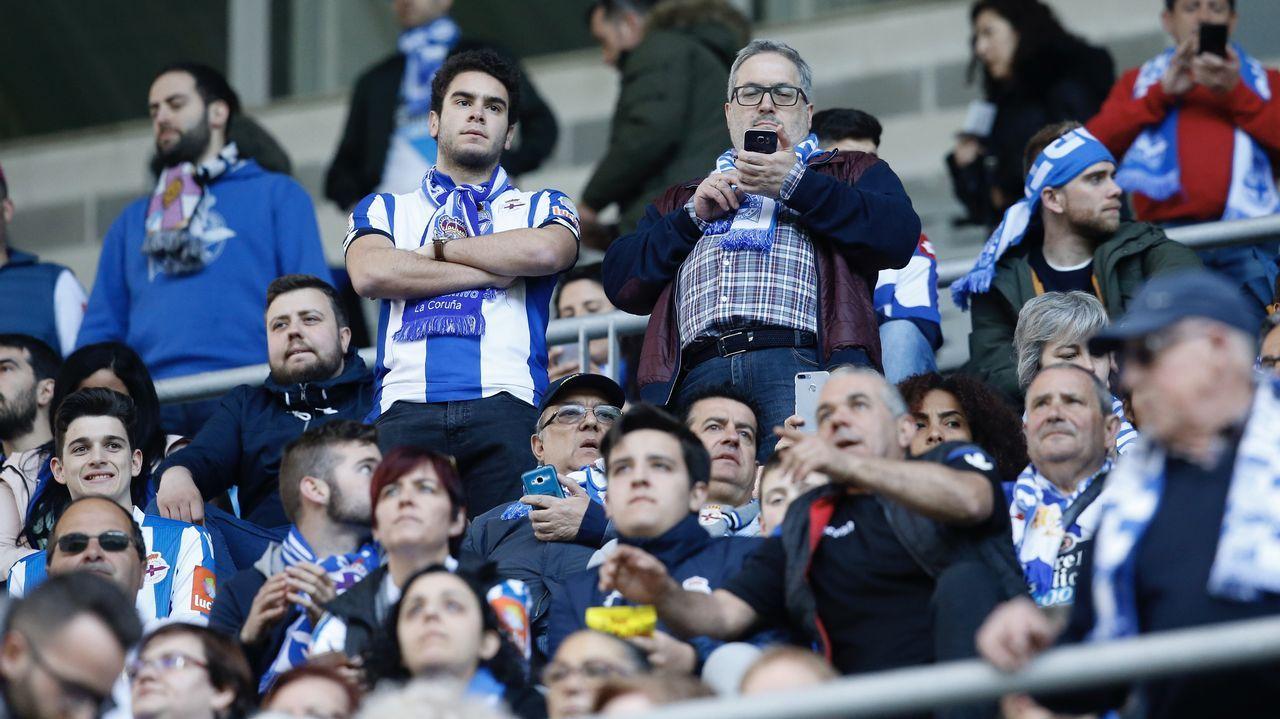 Búscate en la grada del Carlos Tartiere.Los futbolistas del Real Oviedo celebran la victoria en el 91 aniversario del club