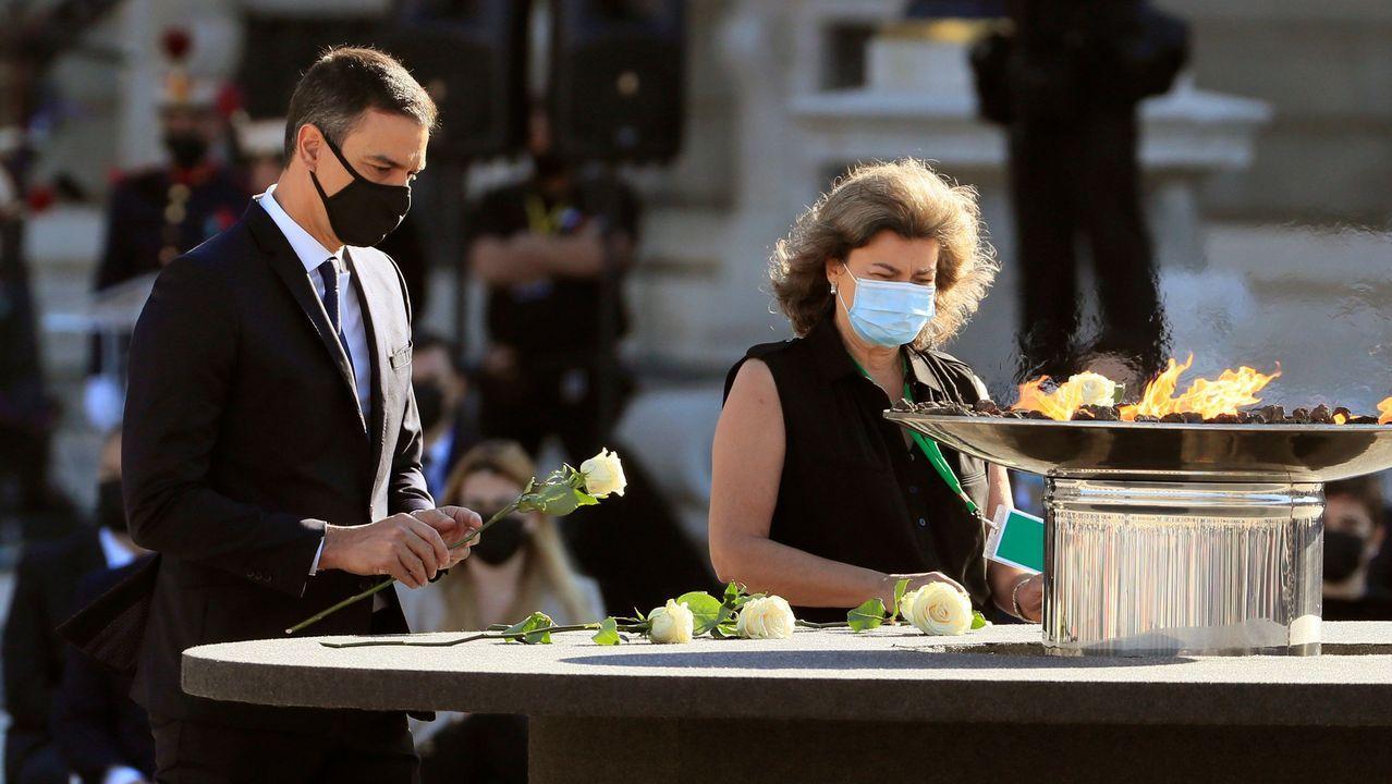 El presidente del Gobierno, Pedro Sánchez realiza una ofrenda floral en el pebetero central