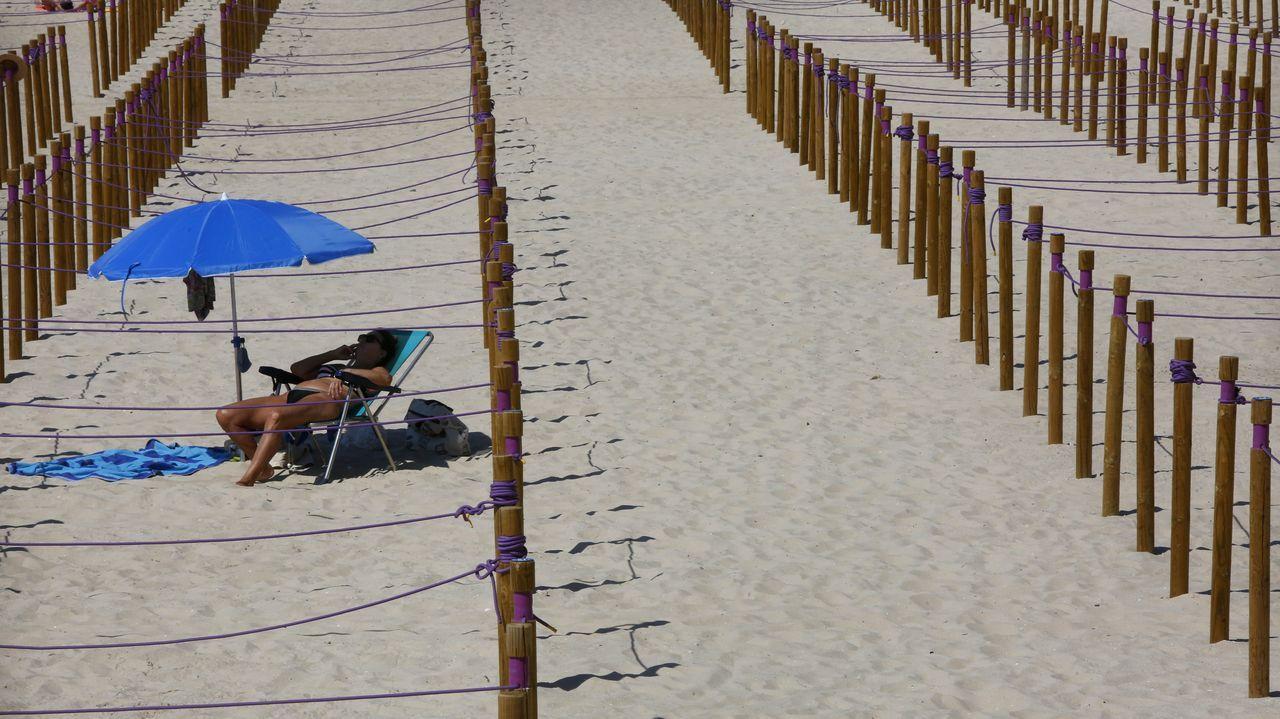 Y disfrutaron del sol respetando las distancias de seguridad, como esta mujer en el arenal de Sanxenxo