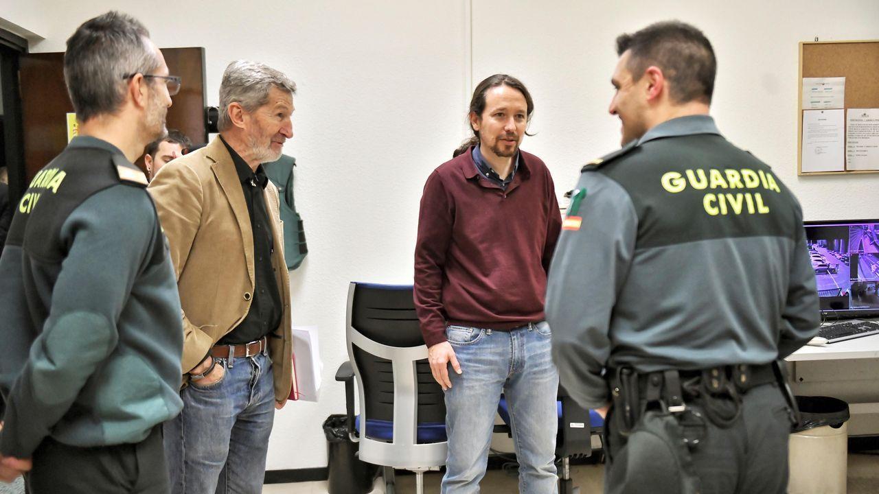 Pablo Iglesias, junto a su jefe de Gabinete, el exJemad Julio Rodríguez, saluda a algunos encargados de la seguridad del ministerio.