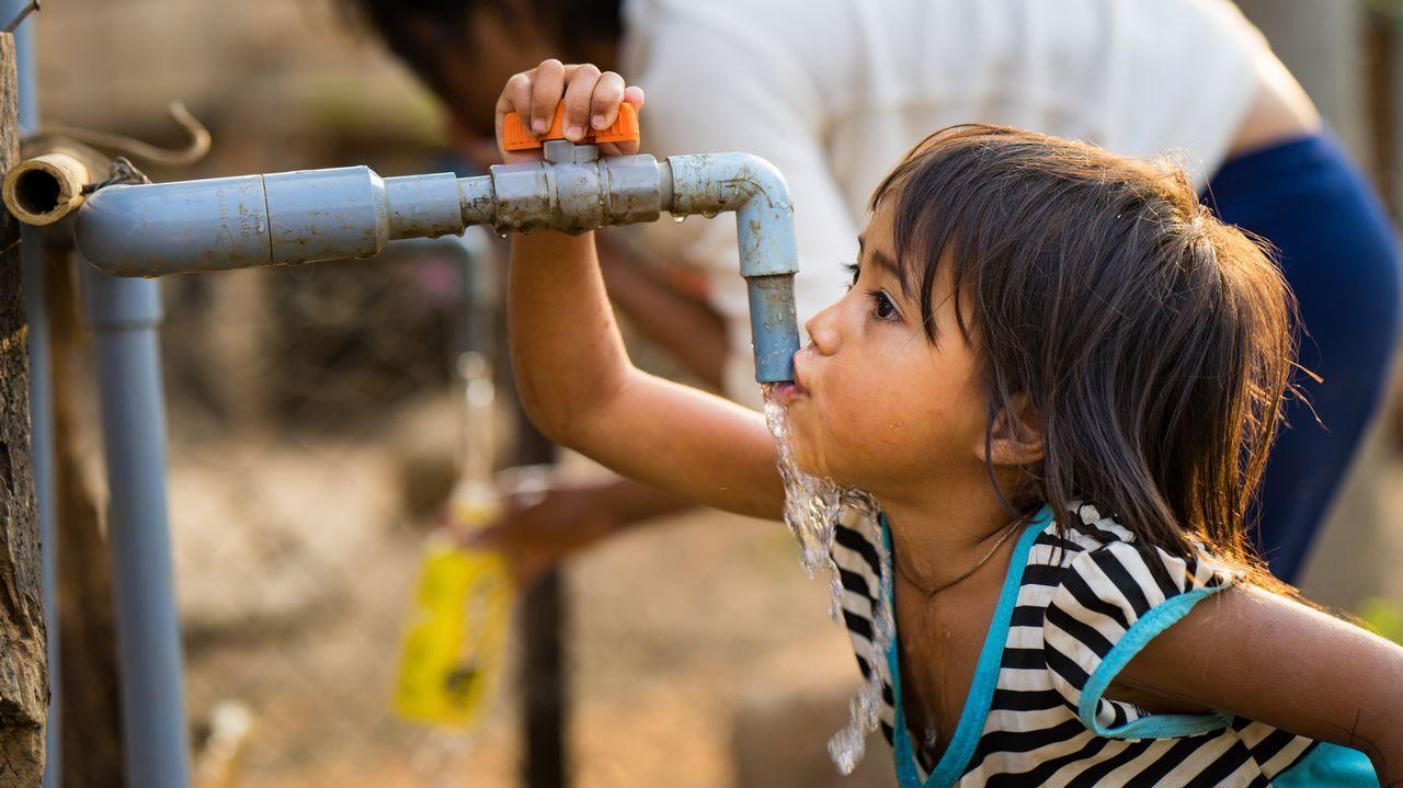 Un gesto tan sencillo como el de beber agua de un grifo no está, desgraciadamente, al alcance de todos los niños del mundo