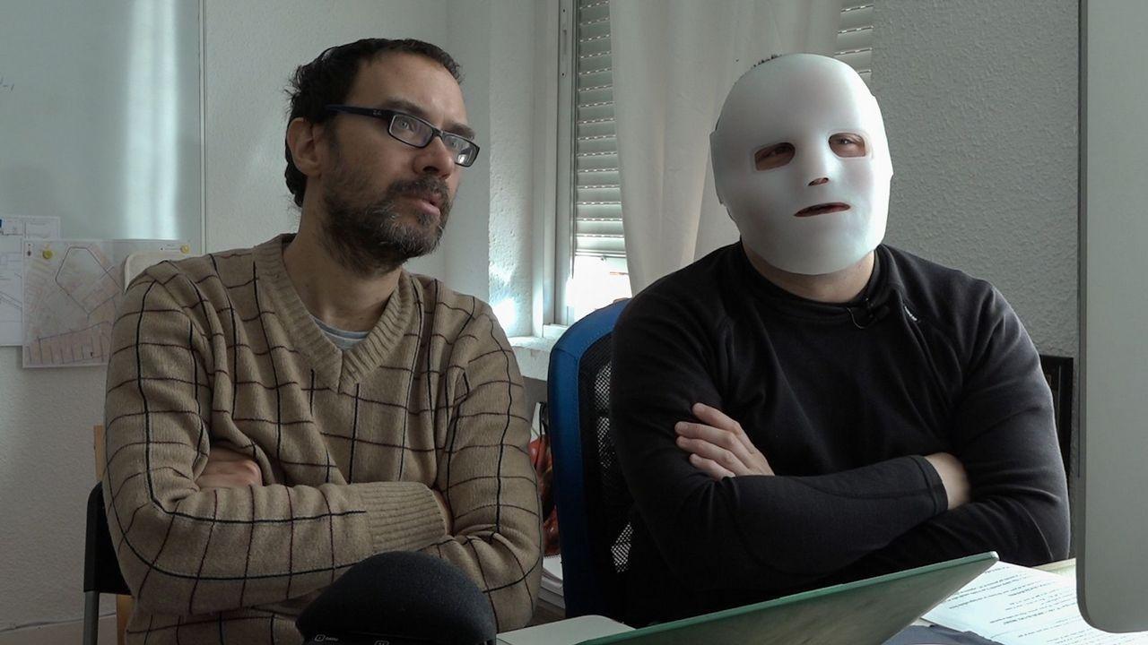 Rato carga contra De Guindos.El Flako contaba con una máscara especial para algunas de sus intervenciones en el filme de Simianini