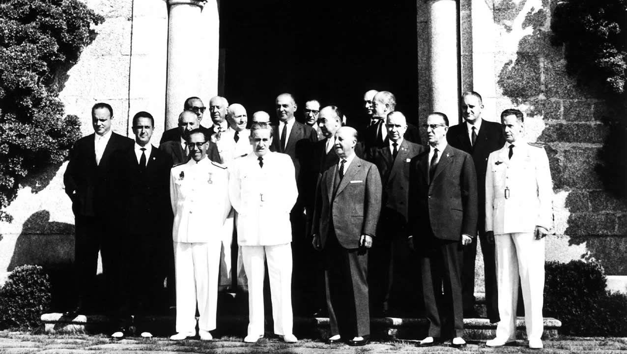 Consejo de Ministros en el Pazo de Meirás, presidido por el general Francisco Franco Bahamonde. A la izquierda aparece Manuel Fraga Iribarne.