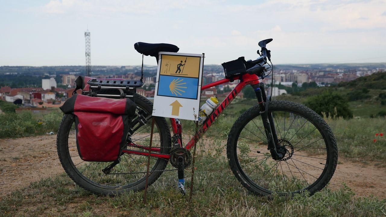 Bicicleta de un peregrino, en la entrada de León