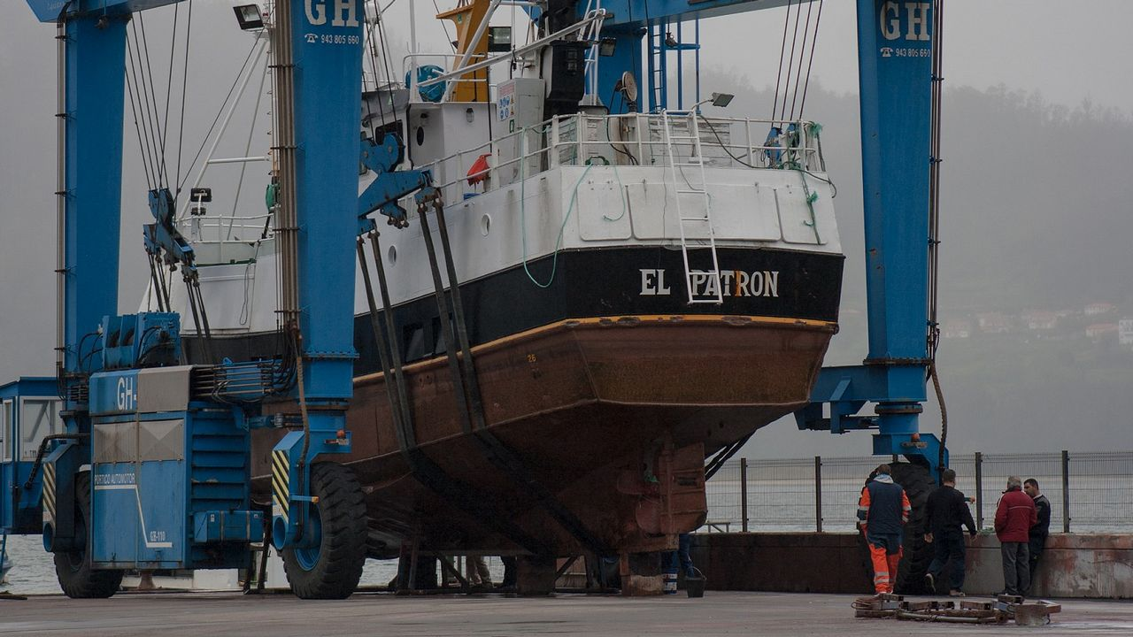 La grúa del puerto de Cedeira izó esta mañana a tierra el buque