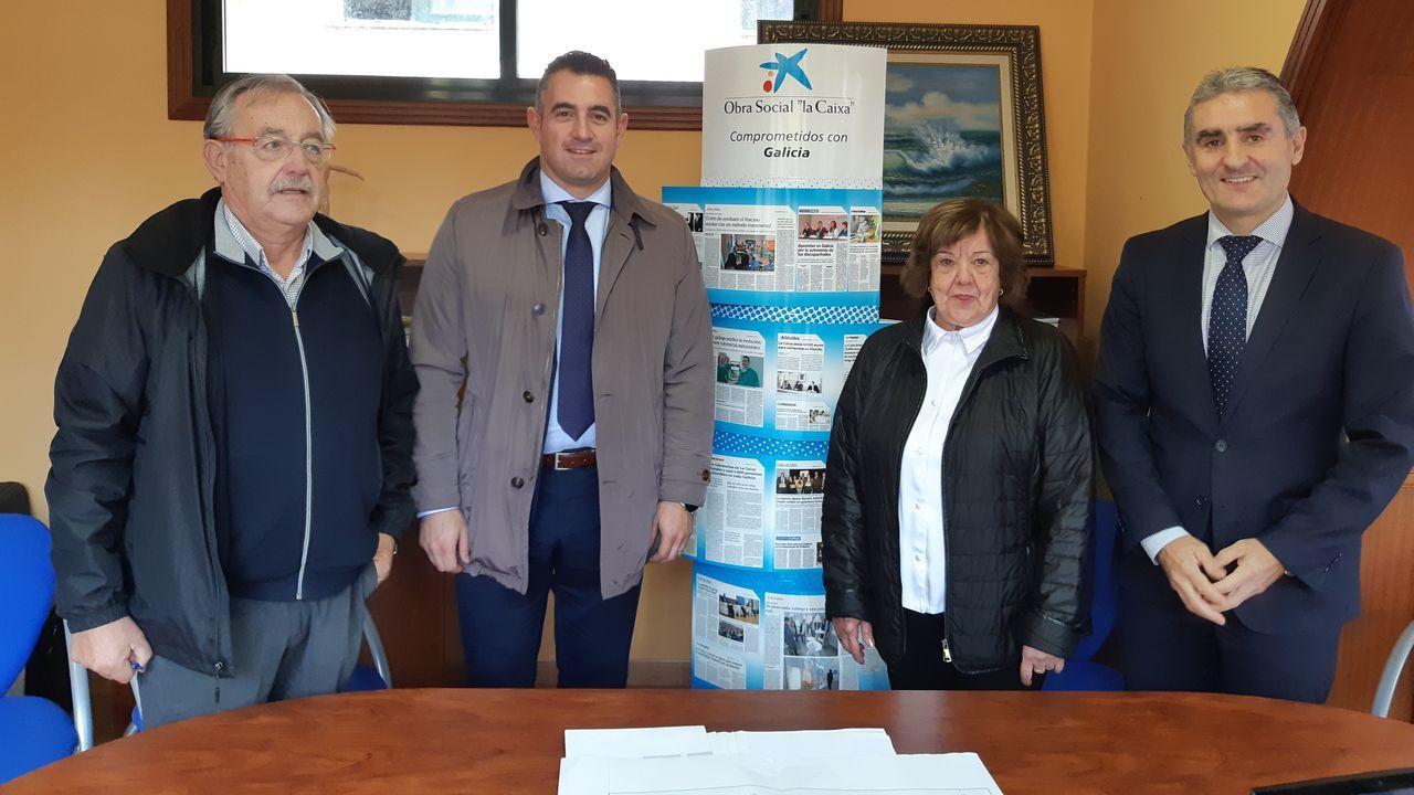 Responsables de Prodeme y Caixabank durante el acto de entrega de la donación