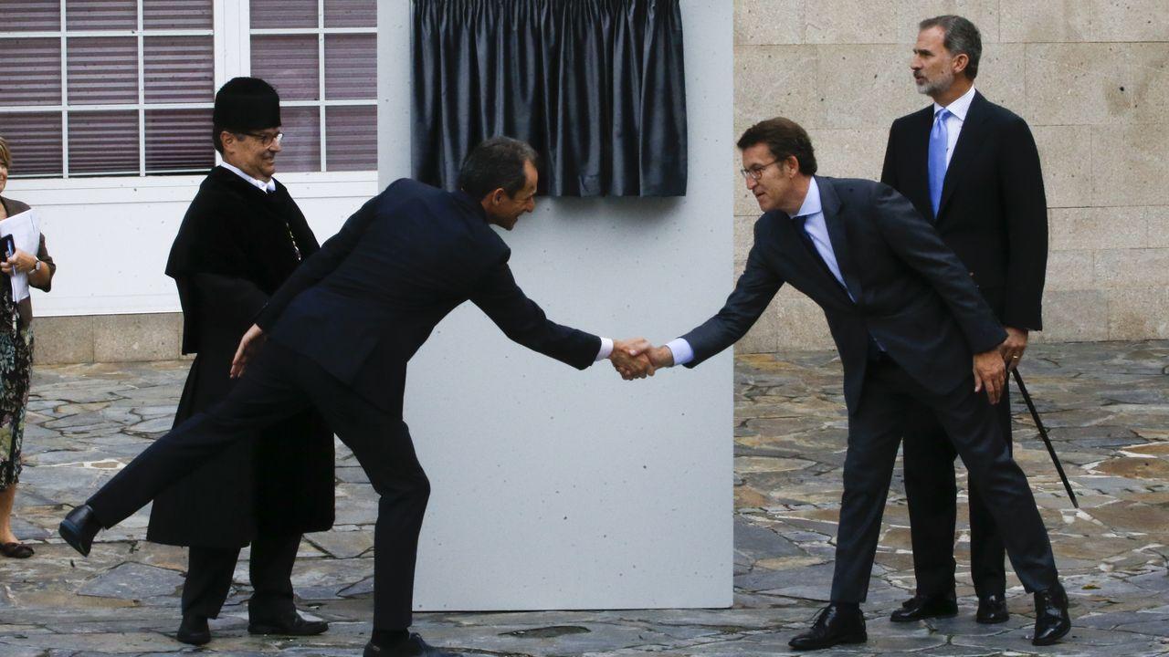 El ministro Pedro Duque y el presidente Feijoo estrechan sus manos en presencia del rey Felipe VI y del rector Julio Abalde
