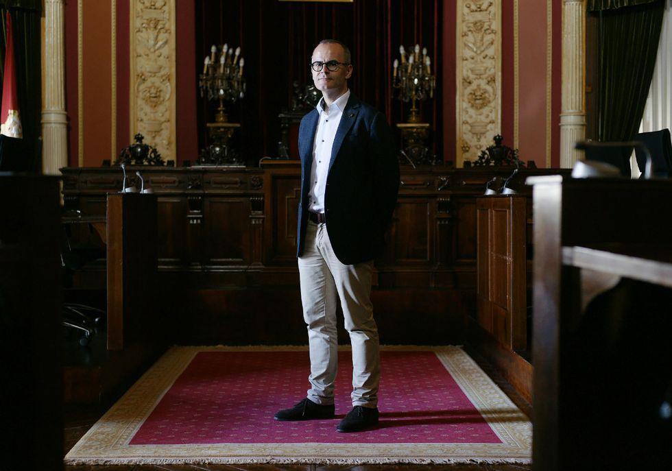 El popular Jesús Vázquez, en el salón de plenos del Concello de Ourense, hace            balance un año después de las elecciones municipales que le llevaron a la alcaldía.