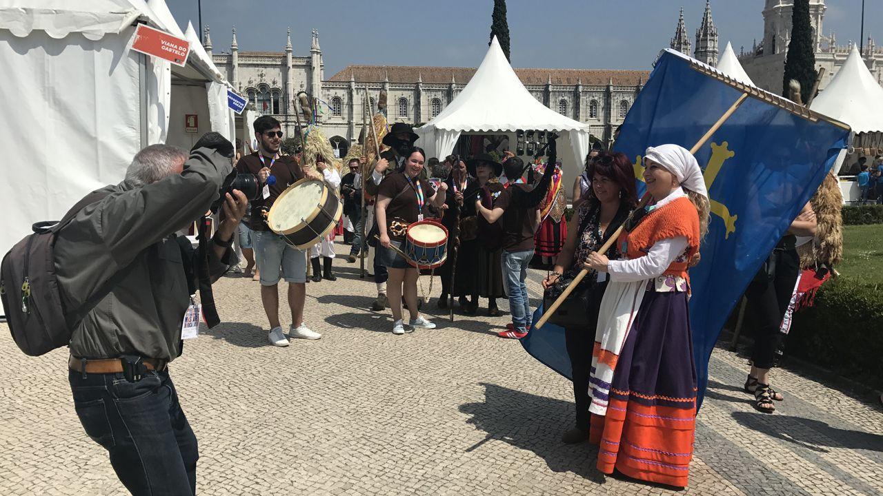 El garabatu con la bandera de Asturias abrió todas las animaciones protagonizadas por los sidros