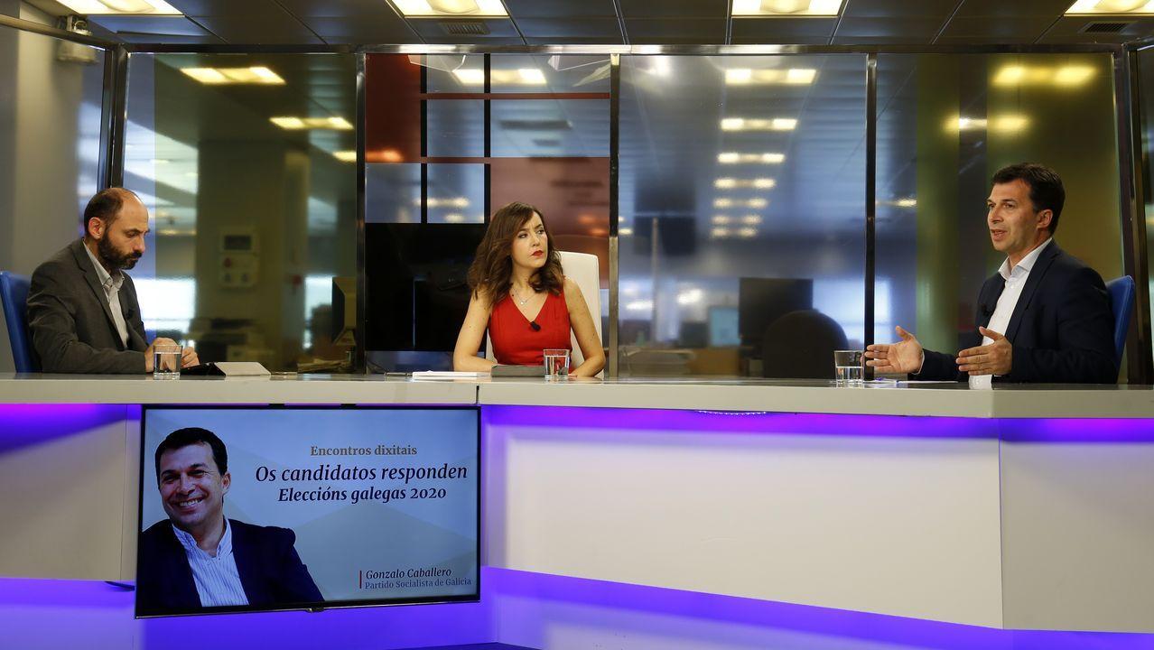 Gonzalo Caballero, candidato del PSdeG a presidir la Xunta, contestando a las preguntas de los suscriptores de La Voz de Galicia desde la redaccion central del periodico en Sabón