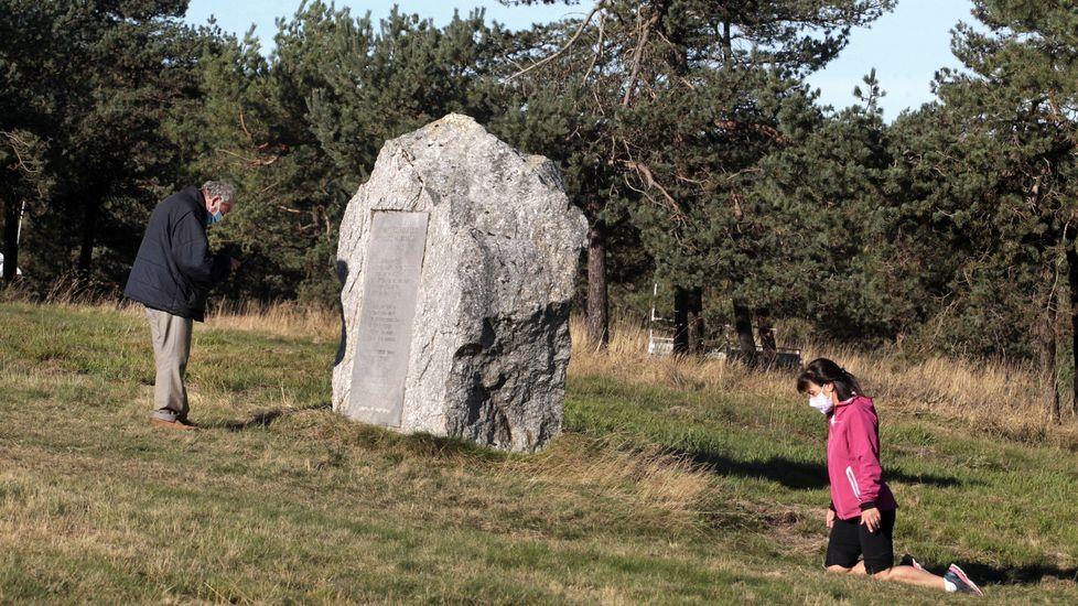 Una de las fieles que subieron de rodillas, al final del sendero de acceso a la cima del monte
