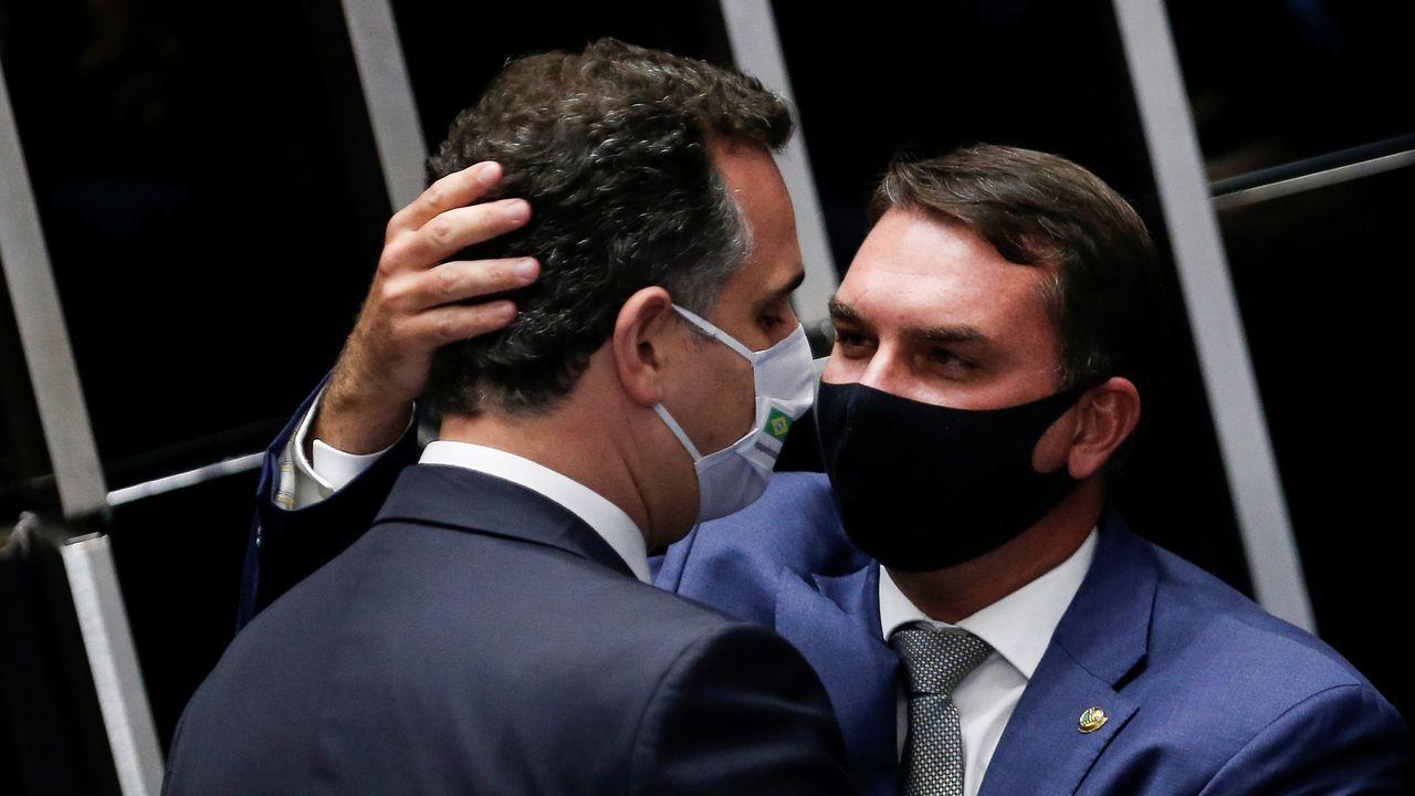 El nuevo presidente del Senado de Brasil recibe la felicitación del senador Flávio Bolsonaro, hijo del presidente