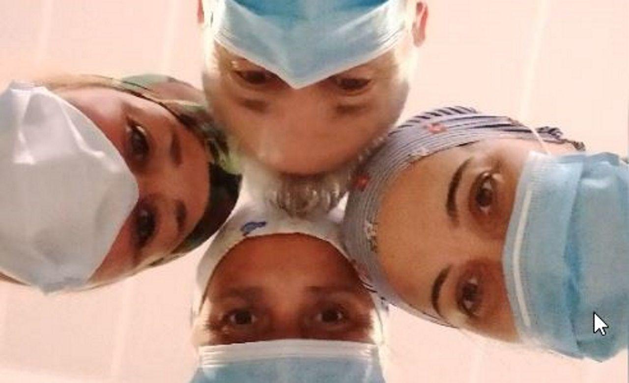 El servicio de Rayos del Chuac frente al covid.Los profesionales sanitarios del Hospital Universitario Central de Asturias (HUCA) se concentran a las puertas del complejo sanitario para celebrar la concesión del Premio Princesa de Asturias de la Concordia 2020.