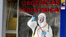 Miembro de la UME desinfectando las inmediaciones del HUCA