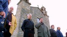 El cura y el alcalde de Muxía controlando las maniobras desde el Santuario da Virxe da Barca