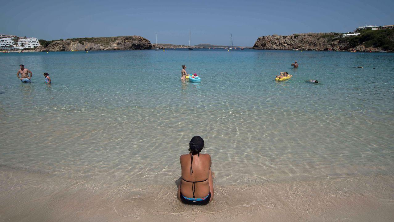 Bañistas disfrutan del sol en la playa de Arenal Díen Castell (Menorca)