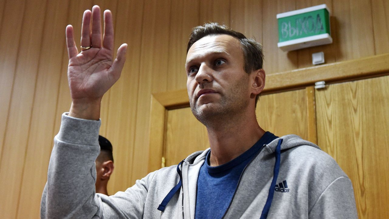 Aterrizaje milagrosoen Rusia.El líder opositor ruso Alexei Navalny gesticula durante su juicio en un tribunal de Moscú. Un tribunal condenó a 30 días de cárcel al líder de la oposición rusa Alexei Navalny por una protesta no autorizada a principios de este año, solo días antes de otro mitin político planeado