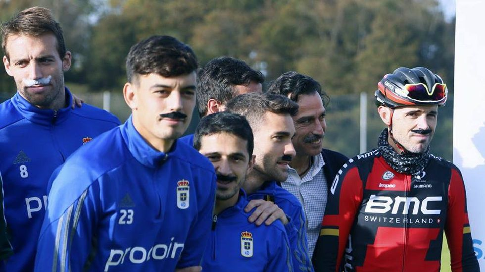 Samuel Sánchez posa junto a los jugadores del Real Oviedo para apoyar el movimiento Movember