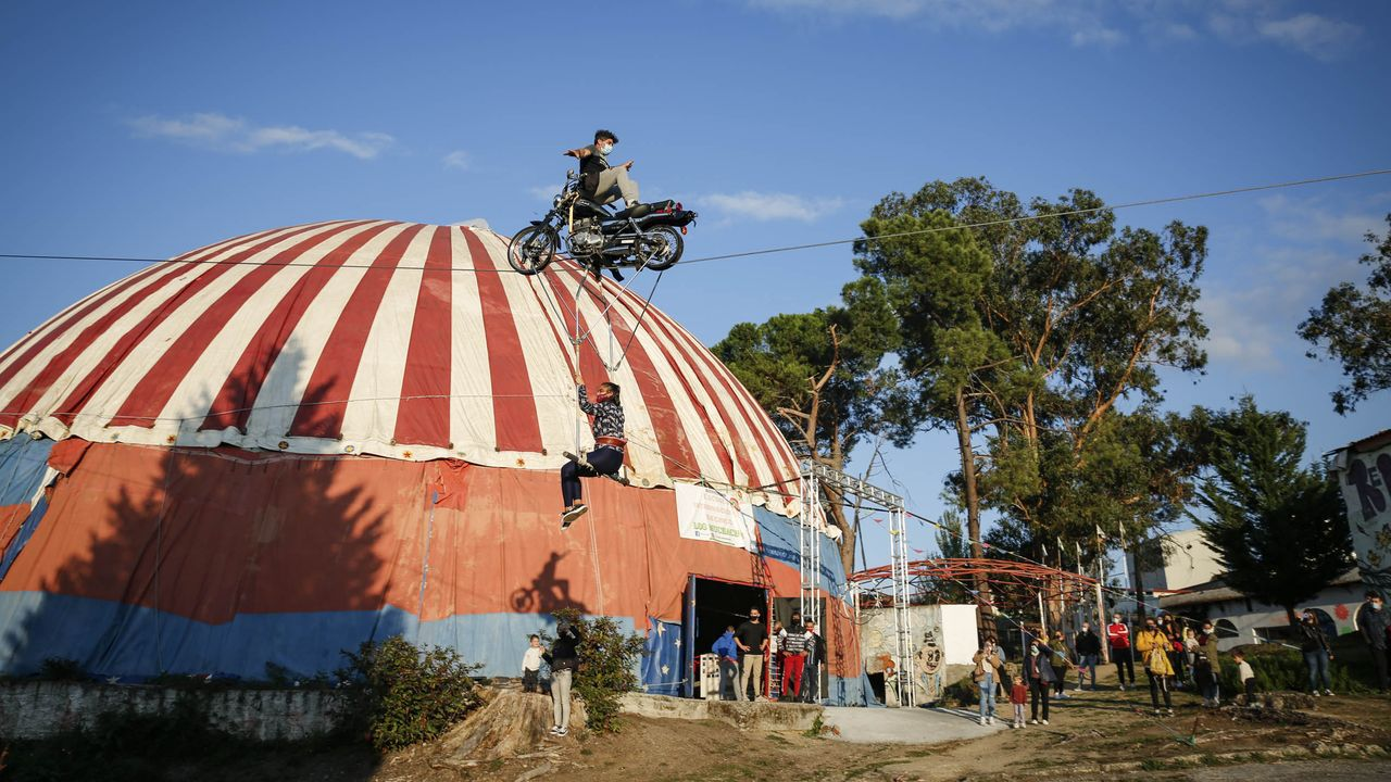 La exhibición termina en el exterior de la carpa con un espectáculo de equilibrio en moto sobre una cuerda