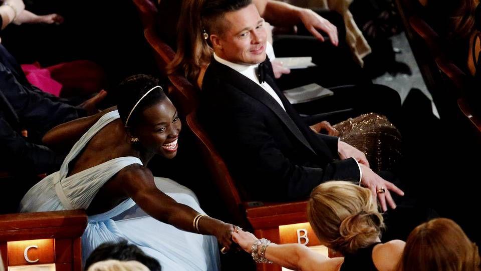 Oscars 2014: Los mejores momentos de la gala.Daniel Craig, flanqueado por Naomi Harris, Léa Seydoux, Monica Bellucci y Waltz.