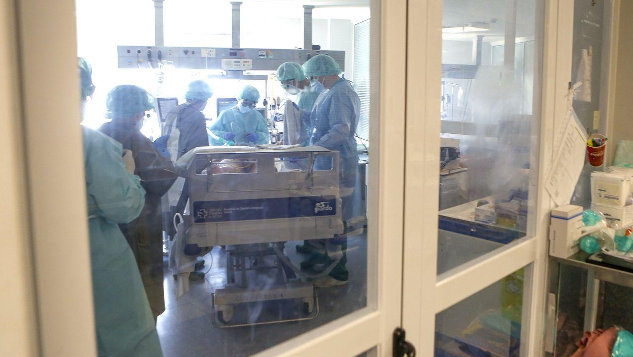 Varios sanitarios atienden a un paciente con covid-19 en la unidad de cuidados intensivos del Hospital Arquitecto Marcide de Ferrol