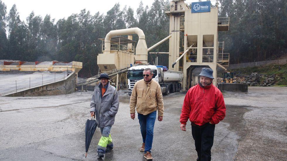 Trabajadores de Nexia en la planta de aglomerado, esperando noticias sobre su empresa