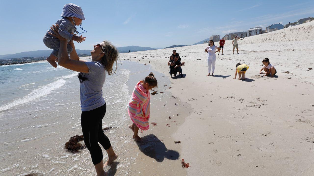 El buen tiempo animó a familias a pasear por las playas, como esta en A Rapadoira (Foz), y también a tomarse algo en las terrazas hosteleras