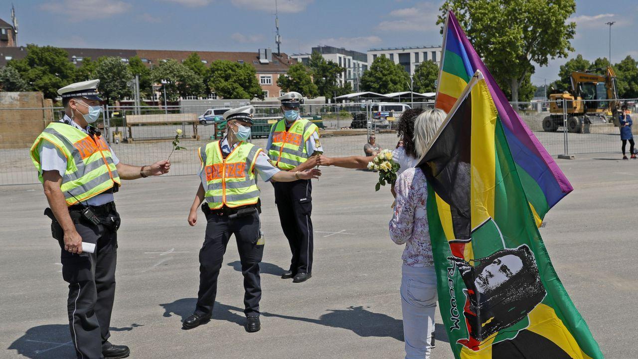 Durante las protestas, algunos manifestanes han entregado flores a los agentes, que intentaban mantener la distancia de seguridad