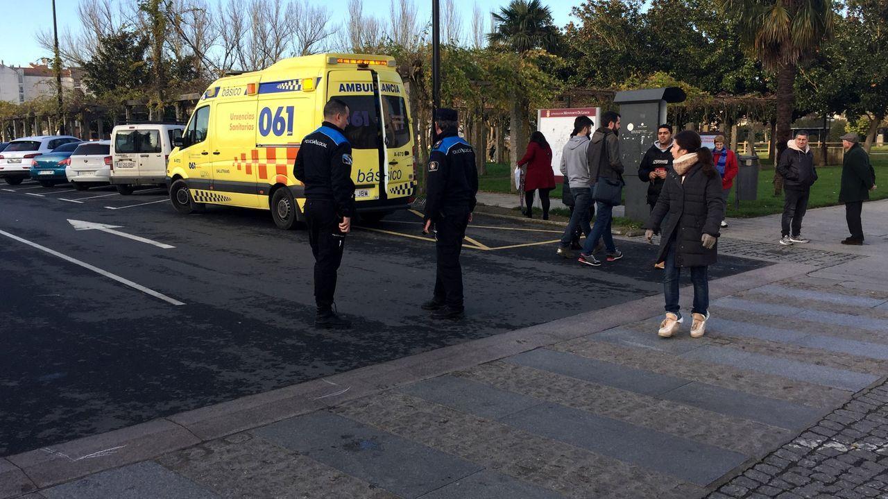 El ciclista accidentado fue atendido primeramente en una ambulancia que llegó al lugar poco después del suceso