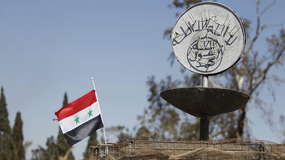 Bombardeo en un campo de refugiados de Siria.Fotografía tomada el 3 de mayo del 2011. Un grupo de niños recoge parte de las piezas del helicóptero estadounidense que participó en la operación que acabó con la vida del autor intelectual del 11-S.