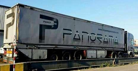 El camión escenario de la orquesta Panorama, ayer en la báscula de Marín donde se detectó el sobrepeso.