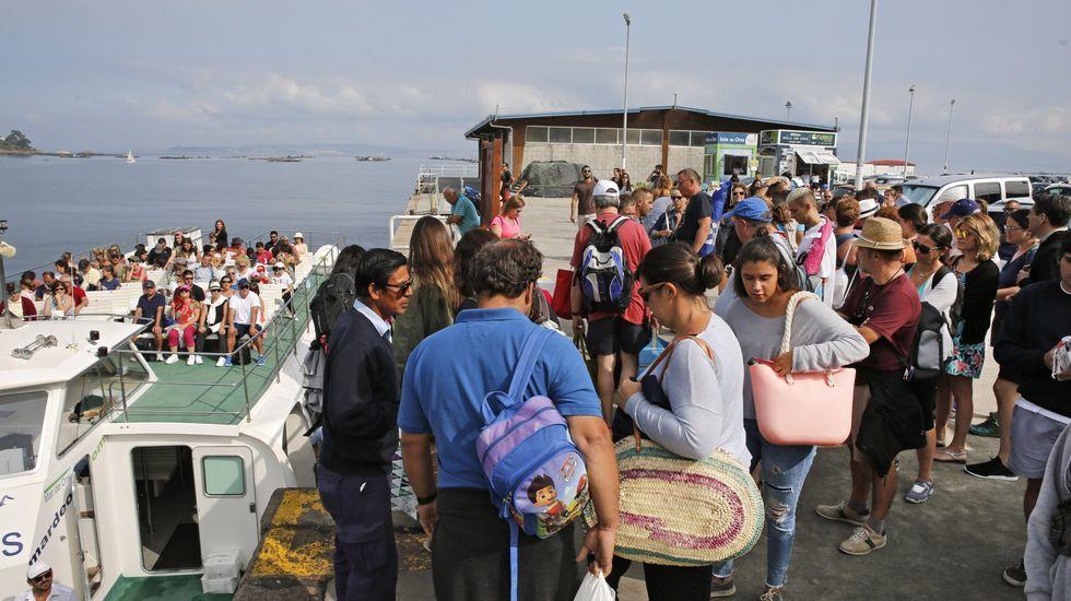 Los supervivientes desembarcaron en Portonovo.Llegada del cuerpo del marinero desaparecido en Ons a Cabodeiro