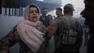 Una mujer kurda huye tras la explosión de un coche bomba en Qamishli que reivindicó el Estado Islámico