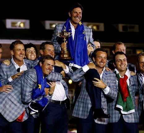 Los jugadores europeos auparon al final al capitán, el español Chema Olazábal.