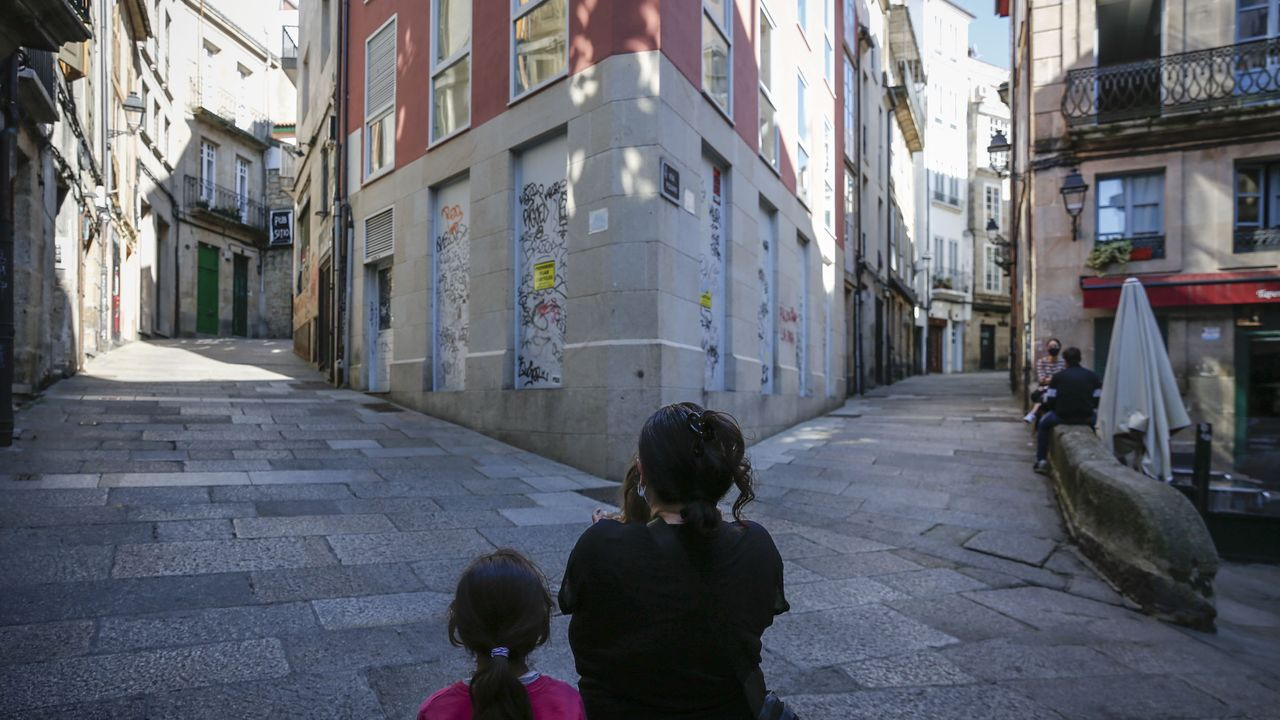 Soledad, con dos de sus hijos en la calle Lúa (posa de espaldas por temor a represalias)