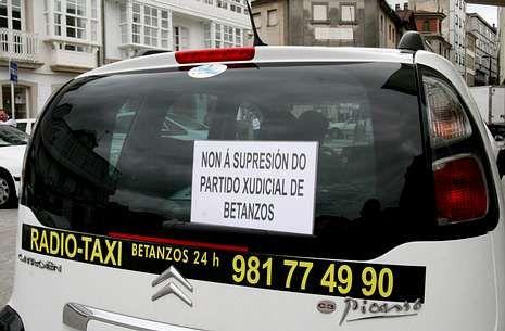 <span lang= es-es >Protestas en todos los ámbitos</span>. La supresión de los partidos judiciales no gusta a casi nadie; en Betanzos, los taxistas han decidido mostrar su rechazo colocando pancartas en sus vehículos.